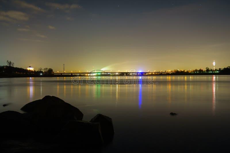 Helle Reflexionen der Stadt von Dusseldorf im Fluss Rhein stockbild