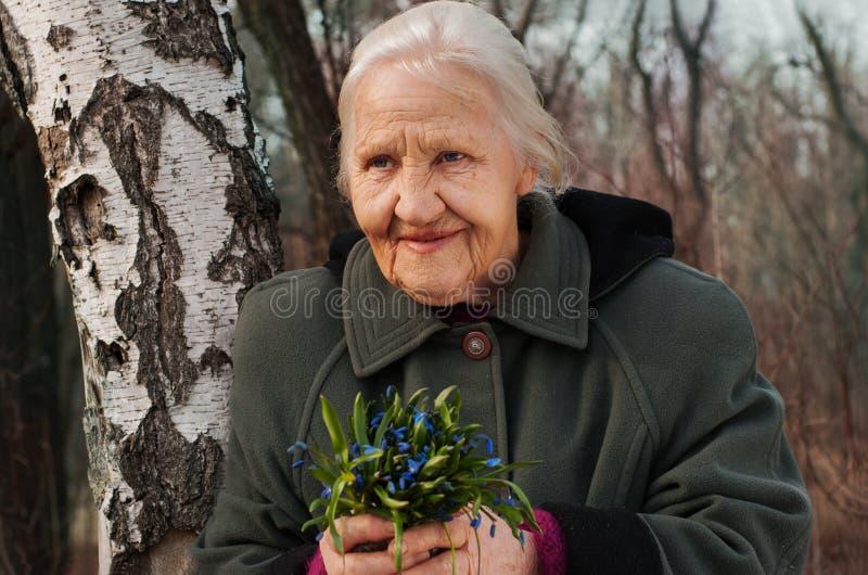 Helle rosa Blumen in den Händen des Mädchens lizenzfreies stockfoto