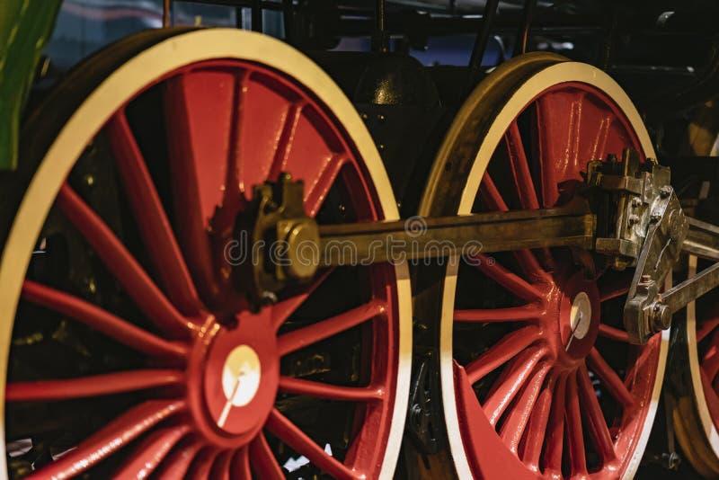 Helle rote Räder der alten Lokomotive auf Eisenbahnlinienahaufnahme Absract-Weinlesehintergrund stockbilder