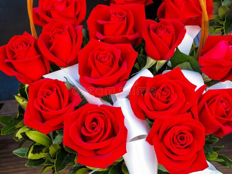 Helle rote Rosen im Korb lizenzfreies stockfoto