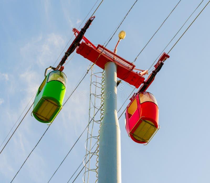 Helle rote und grüne Kabinen des Turms der funikulärer und Drahtseilbahn lizenzfreies stockbild