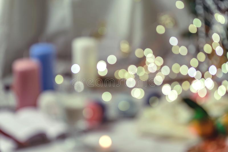 Helle Runde goldenes bokeh auf weichem weißem Hintergrund der Tabelle in der Art des romantischen und neuen Jahres lizenzfreie stockbilder