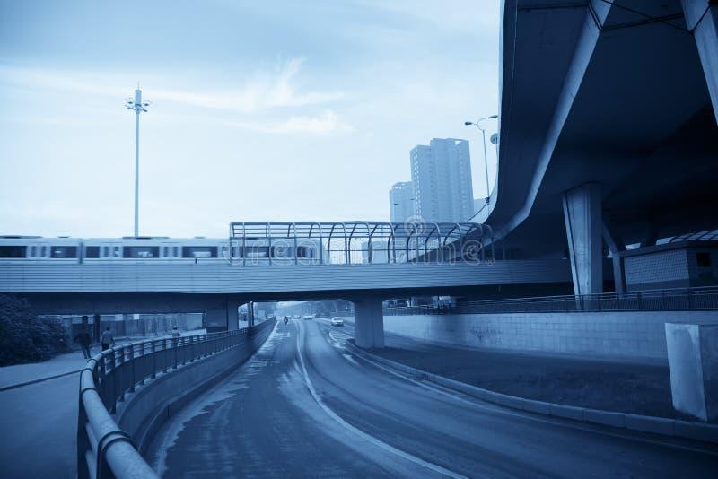 Helle Schienendurchfahrt lizenzfreies stockbild