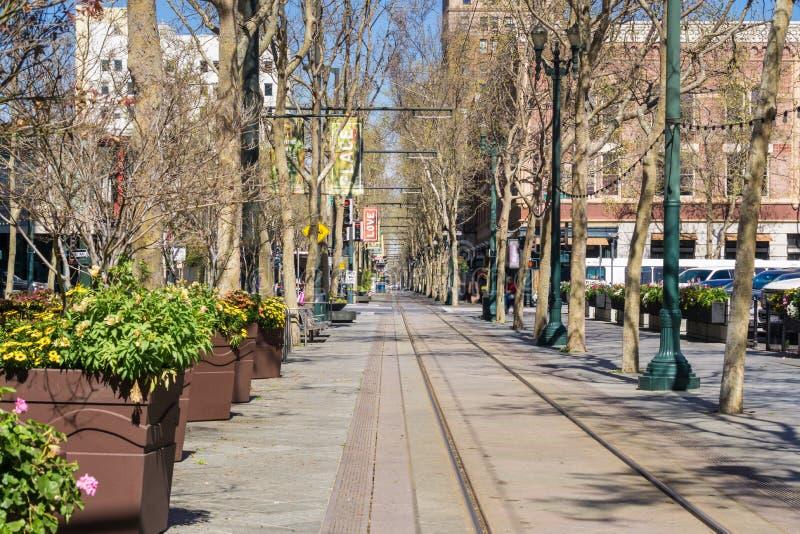 Helle Schienenstränge auf erster Straße, im Stadtzentrum gelegenes San Jose, Kalifornien lizenzfreie stockfotografie