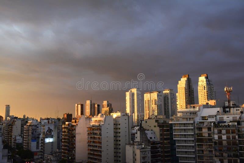 Helle schlagende Gebäude des Sonnenuntergangs lizenzfreie stockfotos