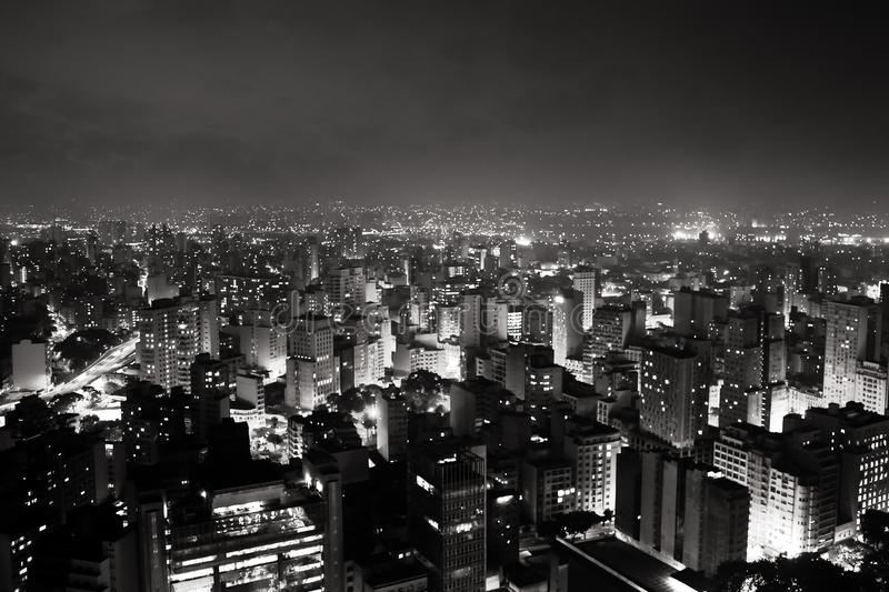Helle Skyline der Stadt von Sao Paulo, Brasiliens größte Stadt, während des Abends/der Nacht lizenzfreie stockbilder