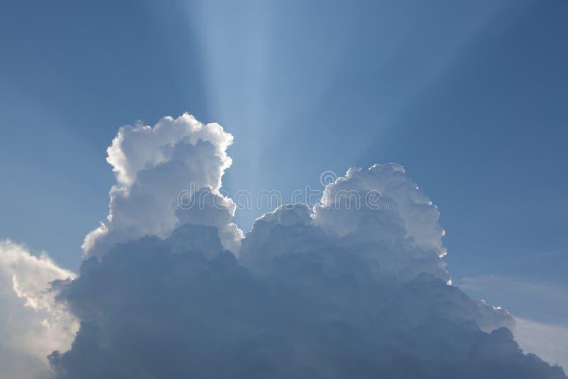 Helle Sonne hinter Wolke stockbilder