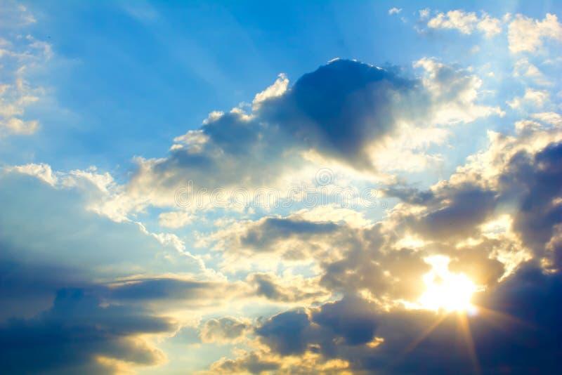 Helle Sonne und Wolken stockbild