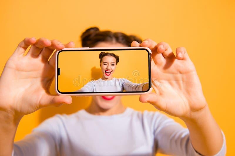 Helle Speicher Nahes hohes Foto der sch?nen reizend netten Studentin, die an Fotovideodownloading zum Netz macht stockbilder