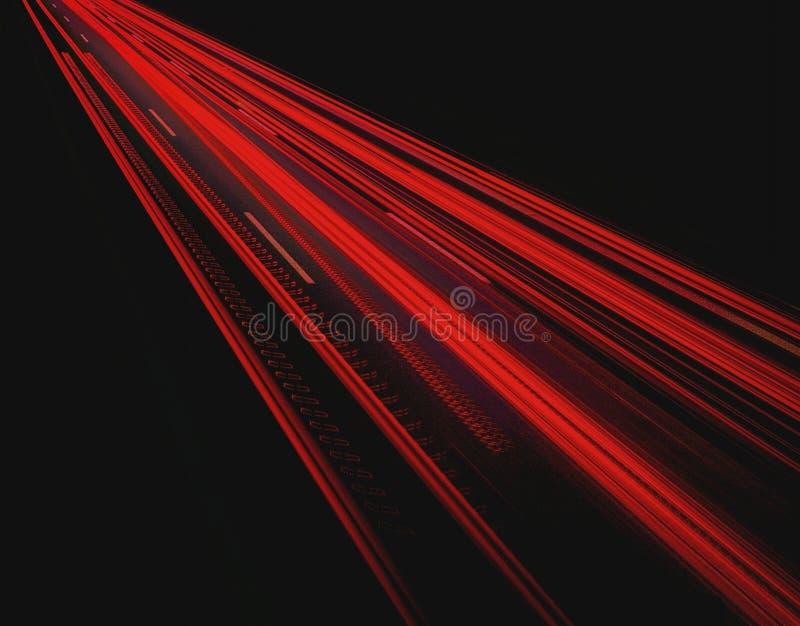 Helle Spur von den Scheinwerfern von Autos stockfoto