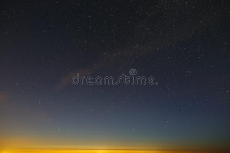 Helle Sterne des nächtlichen Himmels vor der Dämmerung stockfoto