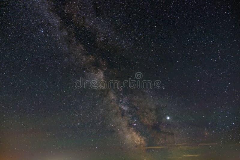 Helle Sterne des n?chtlichen Himmels Ansicht der Milchstraße und des offenen Raumes Astrophotography mit einer langen Belichtung stockbilder