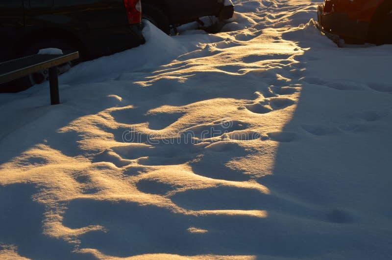 Helle Strahlen der Dämmerung flüchtig blickend weg vom Schnee stockfotografie