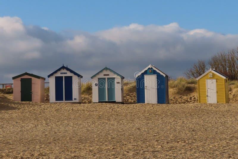 Helle Strand-Hütten auf Southwold-Strand stockfotos