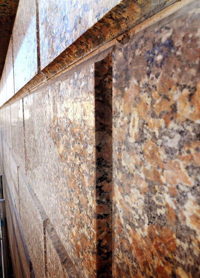 Helle strukturierte braune Granitwand lizenzfreies stockfoto