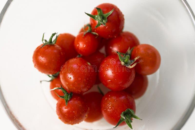 Helle Tomaten in Glaswaren stockfotografie