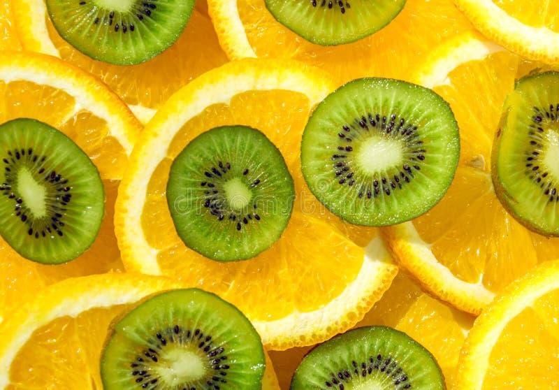Helle tropische Früchte Orangen- und Kiwigrün lizenzfreies stockfoto