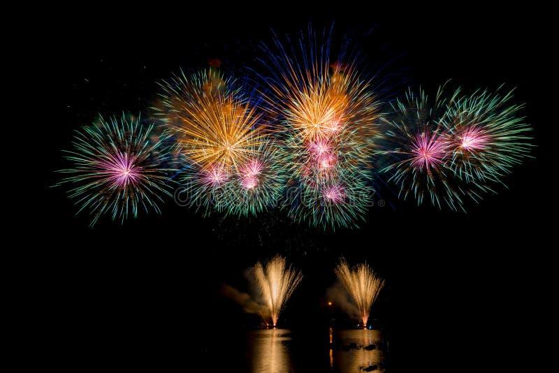 Helle und bunte Feuerwerke gegen einen Himmel der dunklen Nacht Feuerwerke für neues Jahr lizenzfreie stockfotos