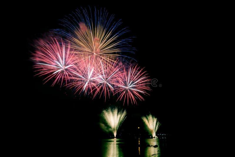 Helle und bunte Feuerwerke gegen einen Himmel der dunklen Nacht feuerwerk stockfoto