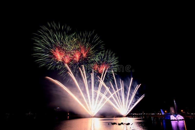 Helle und bunte Feuerwerke gegen einen Himmel der dunklen Nacht feuerwerk lizenzfreies stockfoto