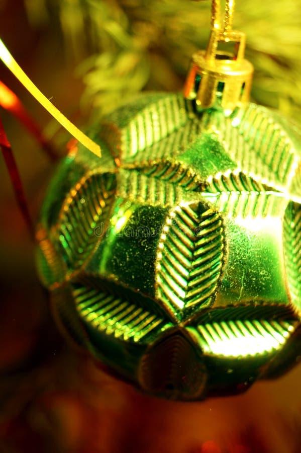 Helle und glänzende Dekorationen für Weihnachts- und Neujahr hängen an einer grünen Fichte stockbild