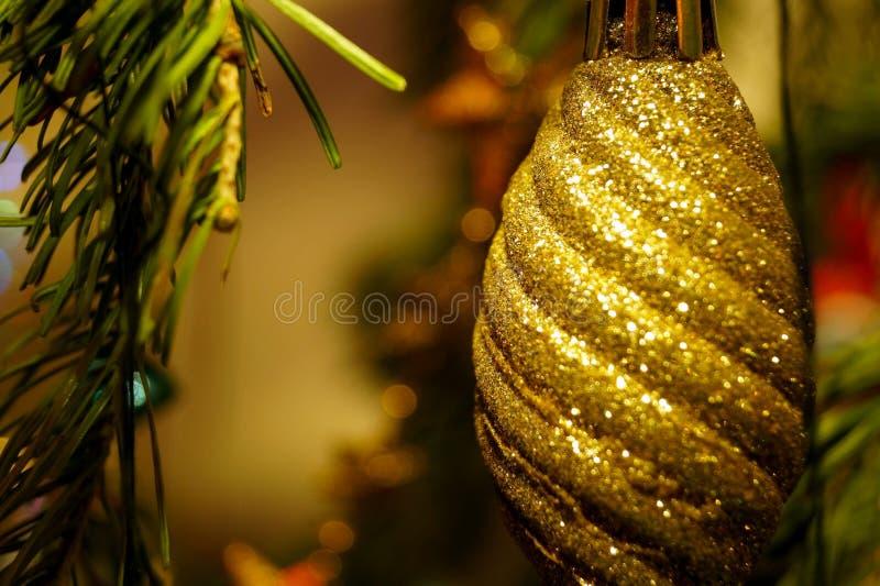 Helle und glänzende Dekorationen für Weihnachts- und Neujahr hängen an einer grünen Fichte stockfotografie