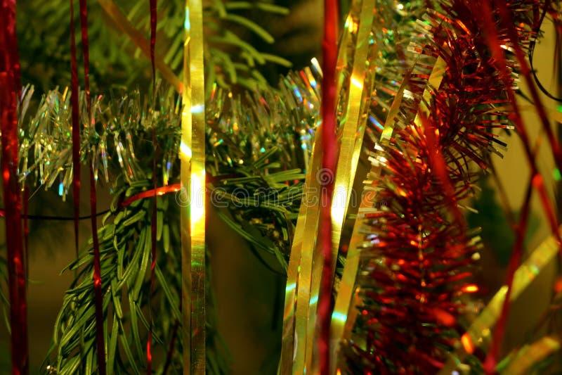 Helle und glänzende Dekorationen für Weihnachts- und Neujahr hängen an einer grünen Fichte lizenzfreies stockbild