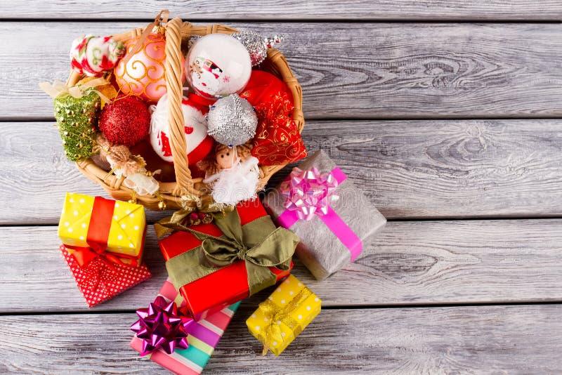 Helle Weihnachtsbälle und -spielzeug in einem schönen Korb lizenzfreie stockbilder
