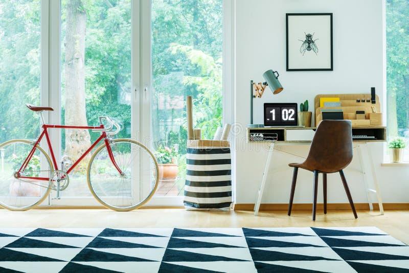 Helle Wohnung mit rotem Fahrrad stockbilder