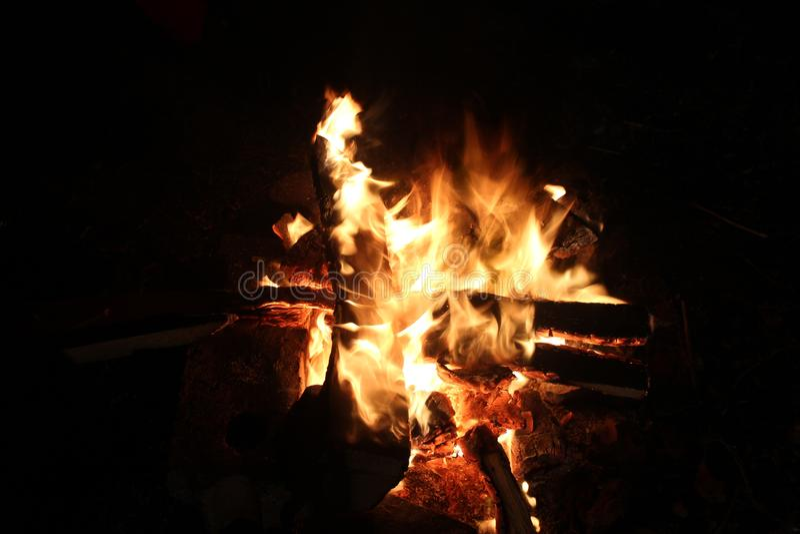 Helle Zungen eines Feuers flammen nachts stockfotos