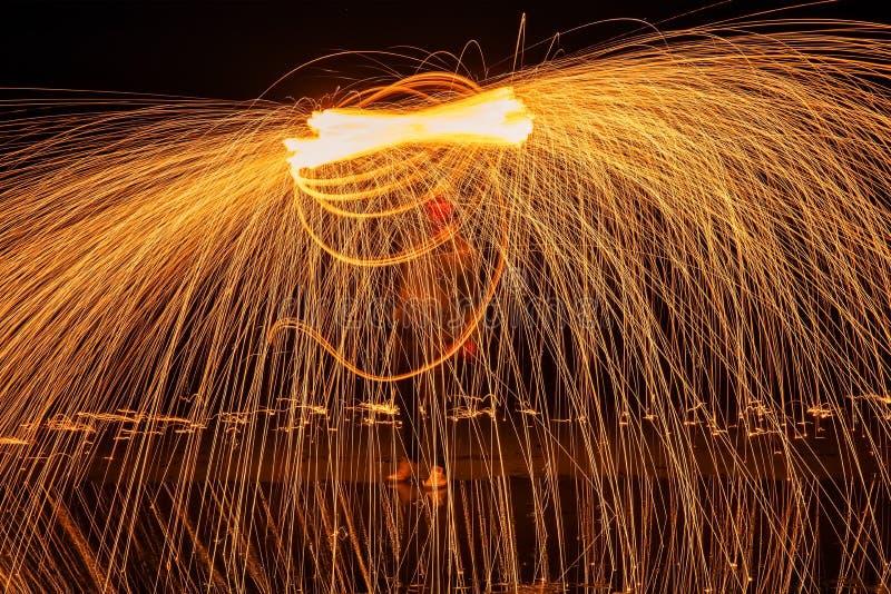 Heller Anstrich Pyrotechnische Anzeige nachts mit der Reflexion des Wassers lizenzfreies stockfoto