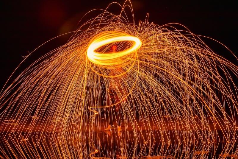 Heller Anstrich Pyrotechnische Anzeige nachts mit der Reflexion des Wassers lizenzfreie stockfotografie