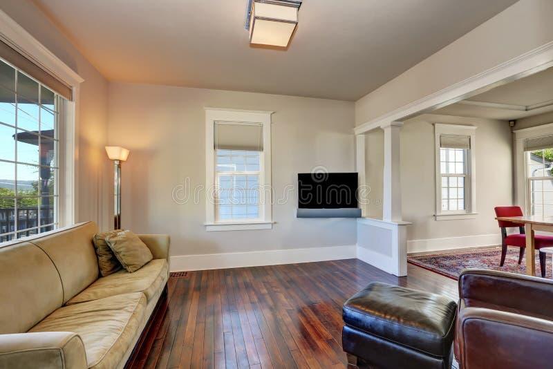 Heller beige Wohnzimmerinnenraum im modernen Haus lizenzfreie stockbilder