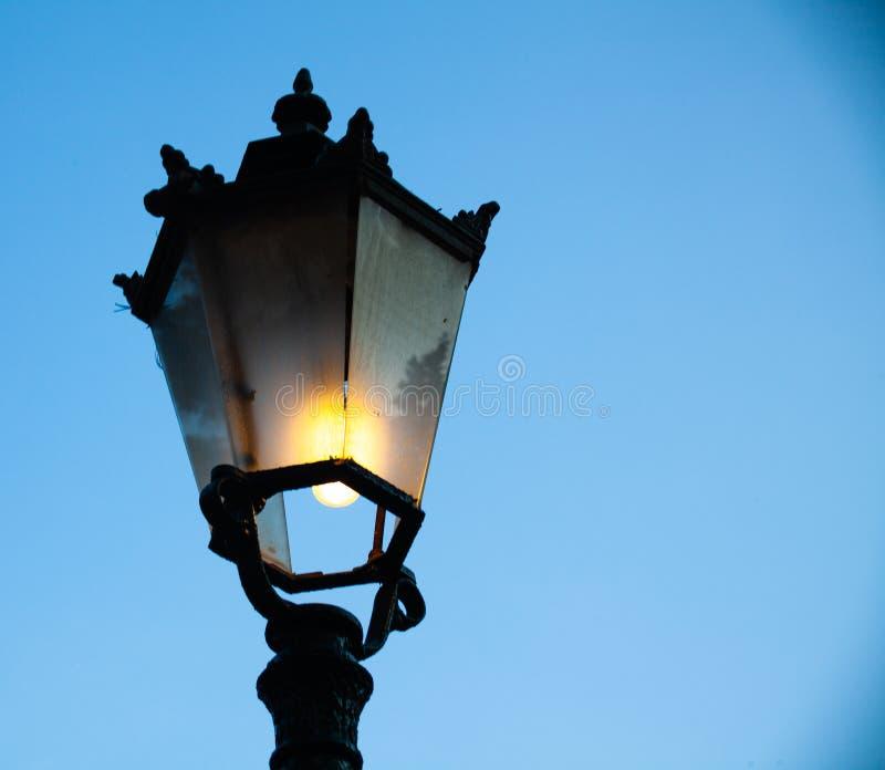 Heller Beitrag mit blauer Himmel-Hintergrund Straßenlaterne der Weinlese im Freien Roheisenlampe Viktorianische große Laterne Lic stockfotografie