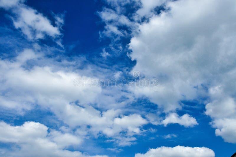 Heller bewölkter Himmel stockbilder