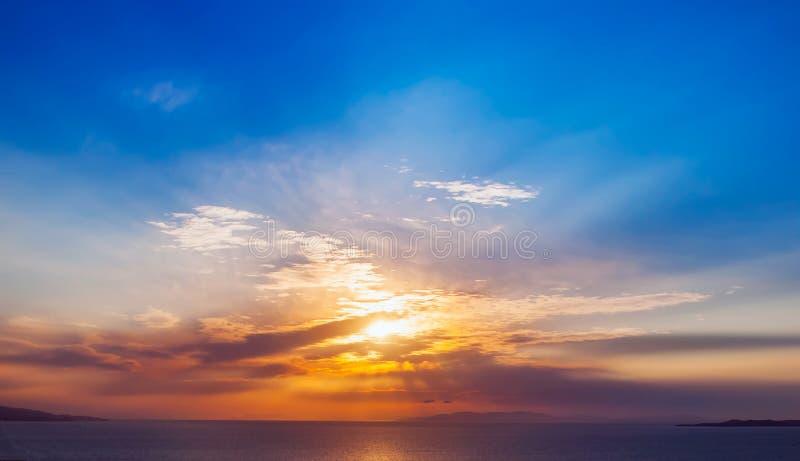 Heller bunter Sonnenuntergang auf dem Meer mit schönen Wolken stockfotos