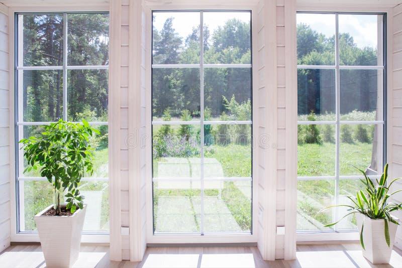 Heller Fotostudioinnenraum mit großem Fenster, hohe Decke, weißer Bretterboden lizenzfreies stockbild