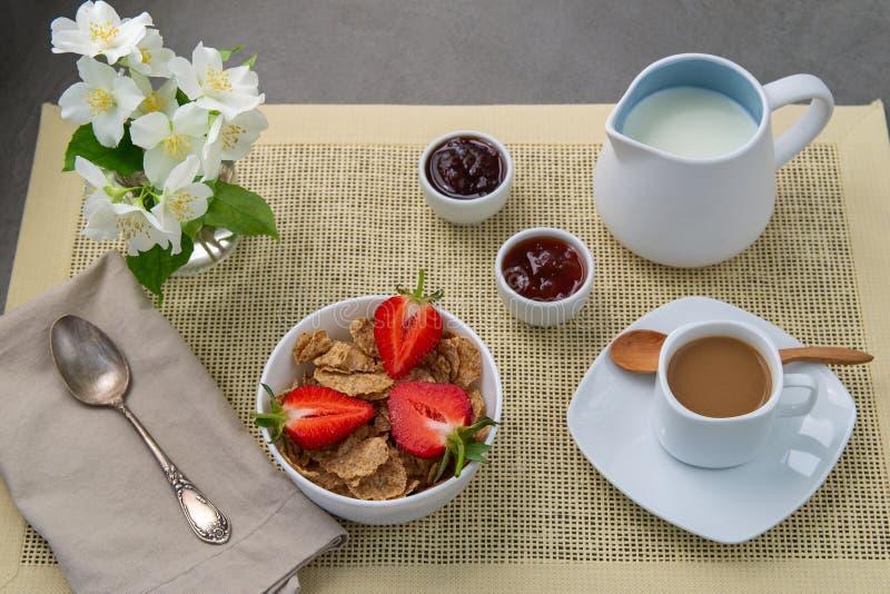 Heller Fr?hst?ckskaffee mit Milch und muesli, frische Erdbeeren, Stau lizenzfreie stockfotos