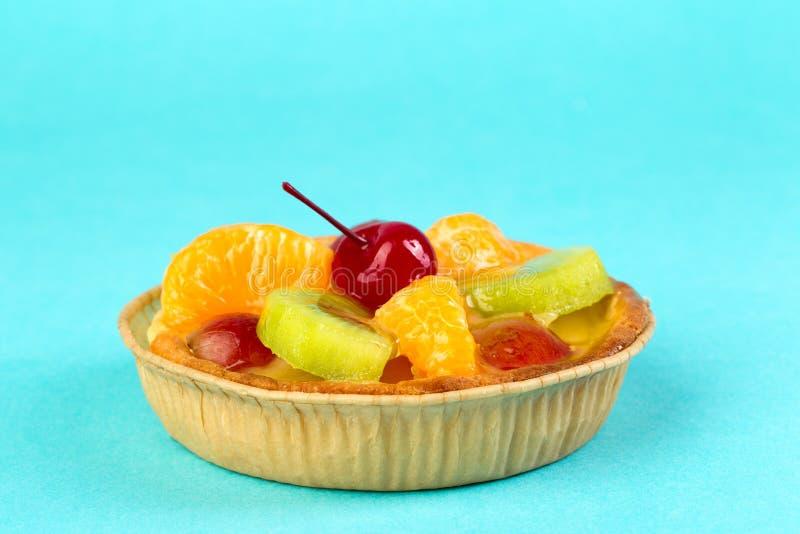 Heller frischer Kuchen mit Frucht lizenzfreies stockfoto