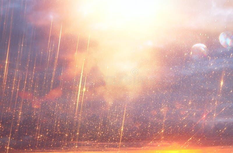 Heller Galaxie- oder Fantasiehintergrund Entziehen Sie Leuchte-Impuls magisches und Geheimniskonzept lizenzfreie stockbilder