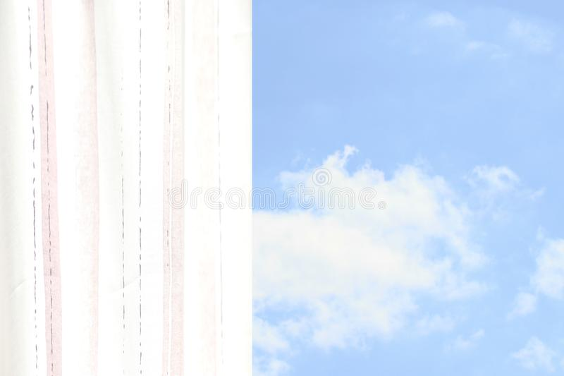Heller gestreifter luftiger Vorhang mit Ansicht zum Himmel an einem Sommertag stockbilder