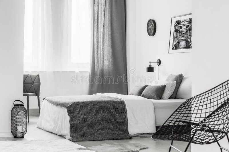Heller grauer Schlafzimmerinnenraum lizenzfreie stockfotografie