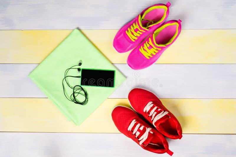 Heller Hintergrund für das Rütteln, mit zwei Paaren von Schuhen und von Musiktelefon stockfotos