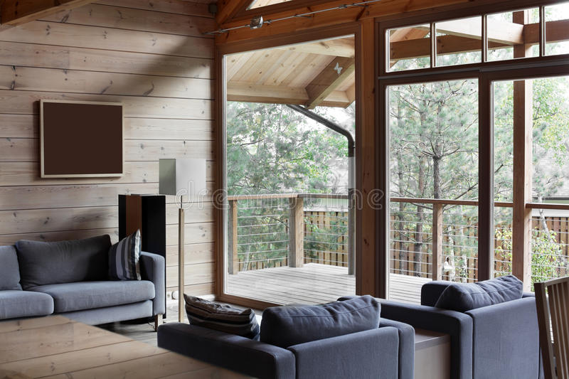 Heller Innenraum des Wohnzimmers lizenzfreies stockbild
