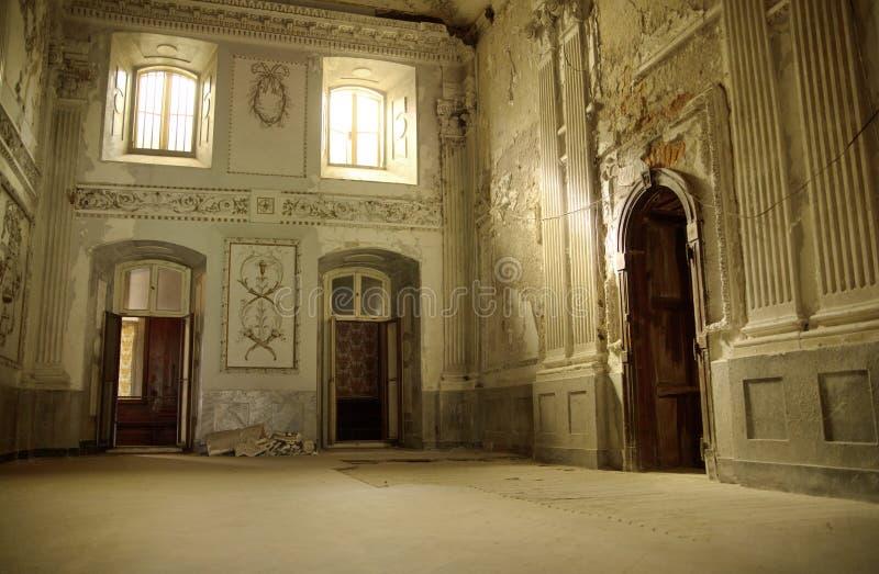 Heller Innenraum im alten Gebäude stockfotografie