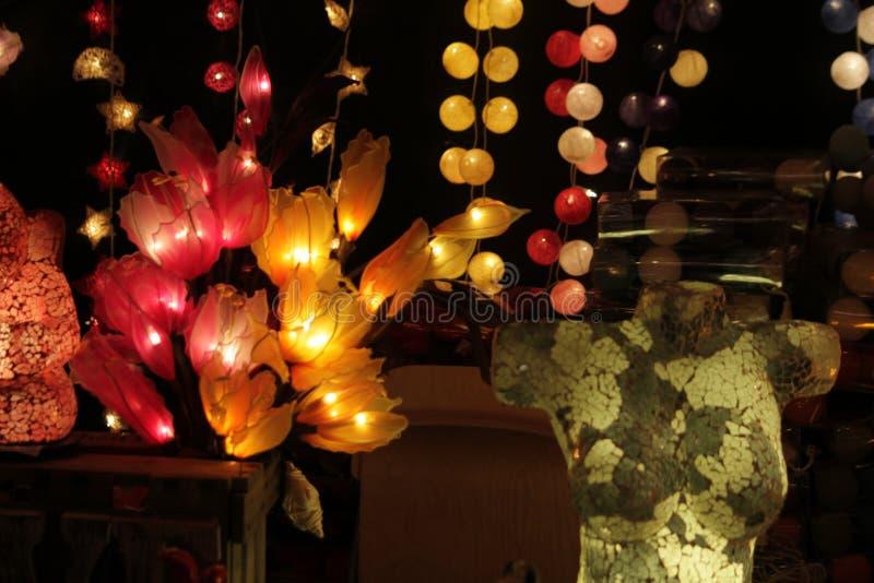 Heller Kasten und Blumen lizenzfreies stockfoto