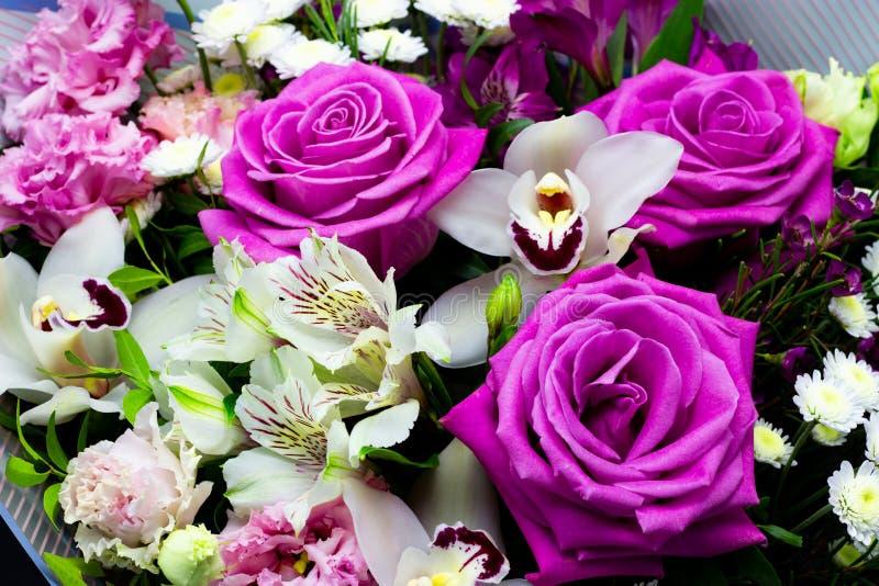 Heller kontrastierender Blumenstrauß von frischen Blumen auf einem dunklen Hintergrund stockbild