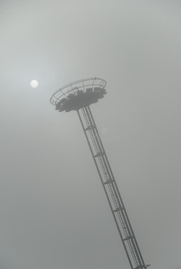 Heller Kontrollturm des Flughafens im Nebel stockbild