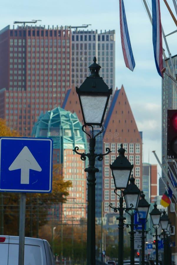 Heller Pfosten zeichnete Straßenansicht von Den Haag Stadtskylinen stockfotografie