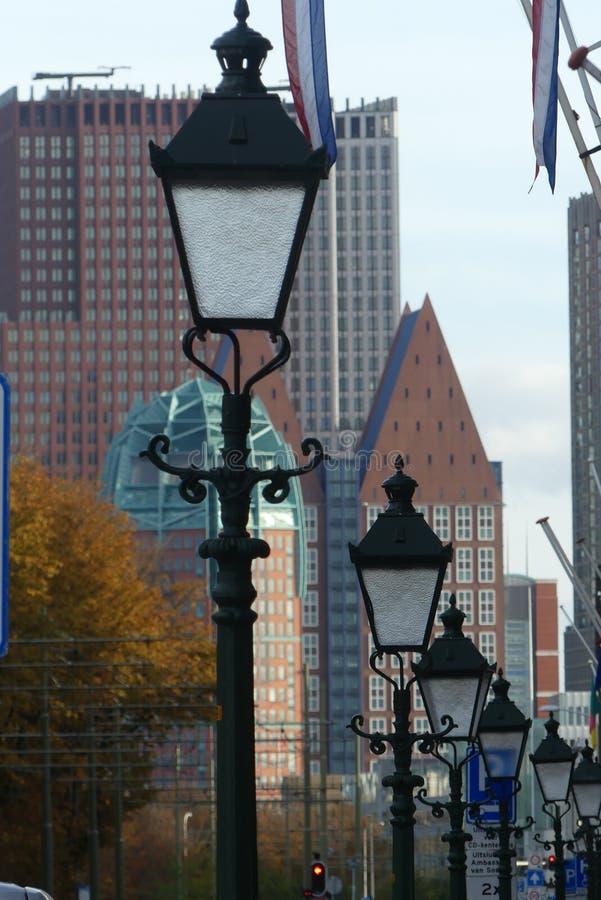 Heller Pfosten zeichnete Straßenansicht von Den Haag Stadtskylinen lizenzfreie stockbilder